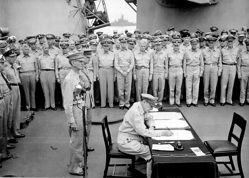 Ficheiro:Douglas MacArthur signs formal surrender.jpg