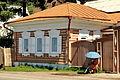 Drewniana architektura i parasolka w Listwiance 02.JPG