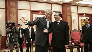Nông Đức Mạnh - Mạnh with George W. Bush