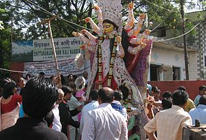 Chittaranjan Park Kali Mandir - Image: Durga puja immersion i 5650 CR Pk kalimandir Th Akur being lifted onto truck