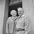 Echtpaar Klein poseert voor hun huis, Bestanddeelnr 254-4632.jpg