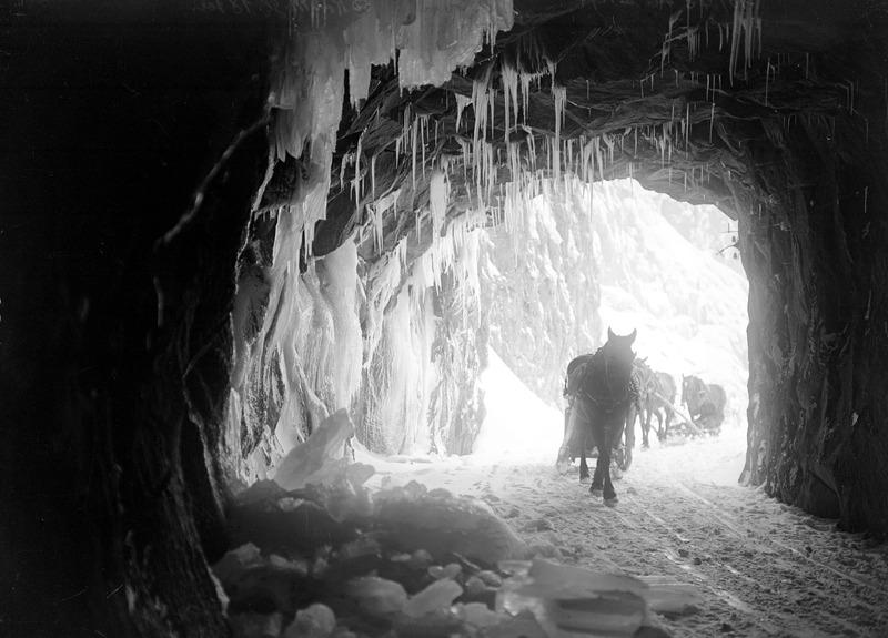 Einfahrt der Schlittenkolonne in den vereisten Urnerlochtunnel - CH-BAR - 3239331