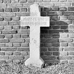 Zeven oude grafstenen en zeven oude grafkruisen in de St. Petruskerk