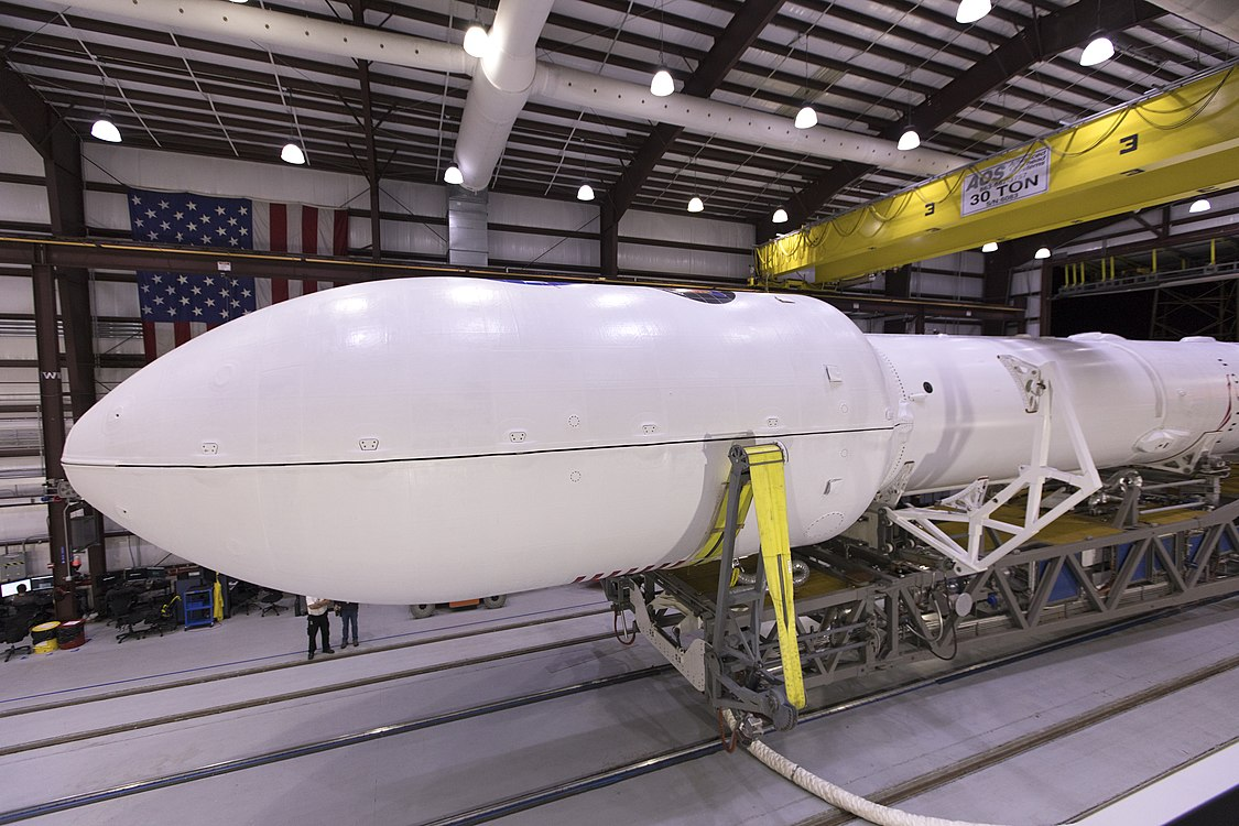 Falcon 9 integrado hangar TESS 01.jpg