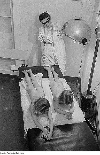 File:Fotothek df roe-neg 0002314 001 Kinder auf einer Liegebank zur Bestrahlung.jpg