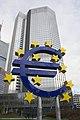 Frankfurt am Main - Eurotower - 02 - Escultura del euro.jpg