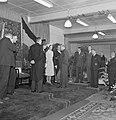 Genodigden staan rondom fabrieksdirecteur Jan van Abbe (midden rechts) en Albert, Bestanddeelnr 255-8471.jpg