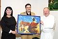 Georgia Kazantzidu, Matthias Laurenz Gräff und Kräuterpfarrer Benedikt Felsinger mit Gräffs Gemälde des Stiftes Geras aus dem Jahr 2003.JPG