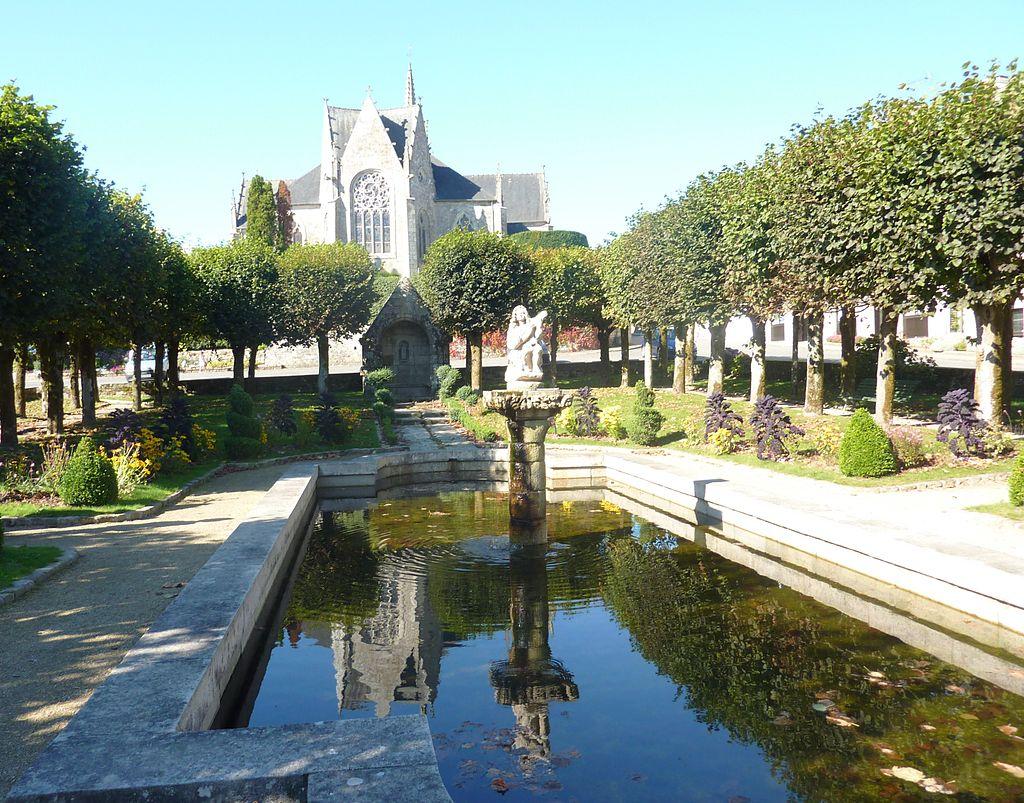 Bretagne - Guerlesquin 1024px-Guerlesquin_36_Le_jardin_de_la_Place_du_Champ_de_Bataille