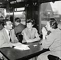 """HUA-168786-Afbeelding van enkele leden van het Concertgebouworkest in de extra trein van Milaan naar Amsterdam (zo te zien bij doorkomst te Zaltbommel). Zie ook Tussen de Rails, juli 1956, blz. 39-40- """"Een woord.jpg"""
