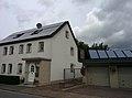 Haus mit Solarmodulen im Emmmerthal 2018 B.jpg