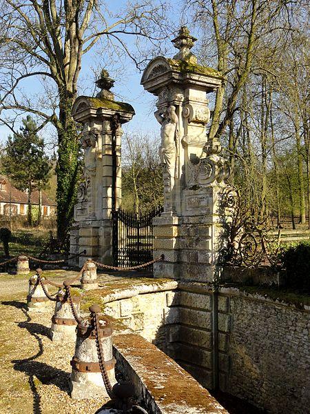 File:Heilles (60), château de Mouchy-le-Châtel, saut-de-loup côté Heilles 2.jpg