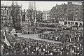 Herdenking van de gevallenen in Amsterdam. Tijdens de plechtigheid bij het Natio, Bestanddeelnr 047-0680.jpg