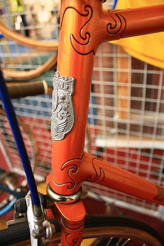 Lugged steel frame construction - Elaborate hand-cut and filed head lugs which have been outlined in a contrasting colour (luglining) on a Hetchins frame