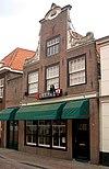 foto van Huis met halsgevel met gebeeldhouwde klauwstukken