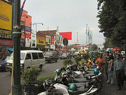 """Die Malioboro-Straße in Yogyakarta, von den Einheimischen auch gerne """"Marlboro-Street"""" genannt"""
