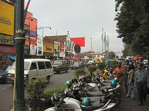 """Die Malioboro-Straße in Yogyakarta, von den Einwohnern auch gerne """"Marlboro-Street"""" genannt"""