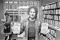 Jan Wolkers signeert zijn nieuwe boek De Walgvogel in Atheneumboekhandel in A, Bestanddeelnr 927-6002.jpg