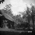 Janezkov hram na Tolstem Vrhu (Globoko), Janez Šušteršič, Pristava. Spredaj voz s katerim so se pripeljali iz Grobelj na žegnanje 1952.jpg