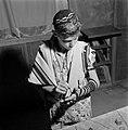 Joodse jongen treft voorbereidingen voor het aanleggen van de gededsriemen (tefe, Bestanddeelnr 255-4694.jpg