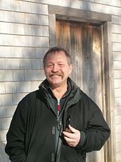 José Bové devant la cabane de Thoreau à Walden Pond.