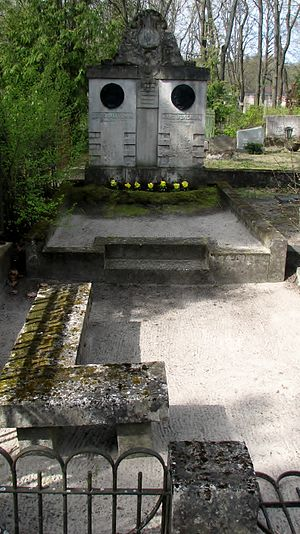 Theodor Altermann - Grave of Altermann, to the left, next to that of Karl Jungholz, in Tallinn Central Cemetery