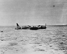 Avion à même le sable dont la partie centrale est détruite