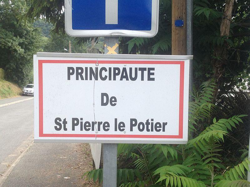 """Le panneau d'entrée décrétant le quartier comme """"principauté"""""""