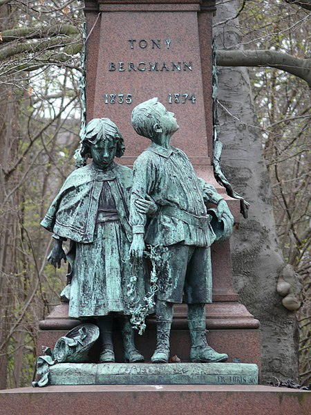Bertha and Ernest, two characters from the novels of Tony Bergmann (1898), part of the Bergmann monument in Lier (Belgium), by Frans Joris (1851 - 1914).