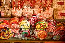 dei lecca lecca in un negozio di dolci