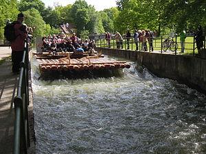 München - Flaucher - Floß auf dem Ländkanal 06.jpg