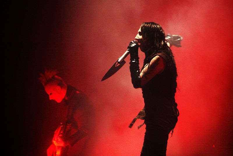 http://upload.wikimedia.org/wikipedia/commons/thumb/e/e0/Marilyn_Manson_f9005967.jpg/800px-Marilyn_Manson_f9005967.jpg