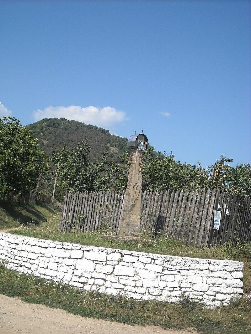 Cruce de piatră în sat