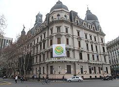 Mauricio Macri despleg%C3%B3 la bandera de Ciudad Verde en uno de los balcones del gobierno porte%C3%B1o (7552191756)