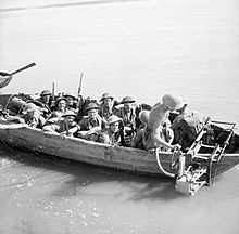 Men of the Dorset Regiment, 2nd Division, crossing the Irrawaddy river at Ngazun, Burma, 28 February 1945. SE3153
