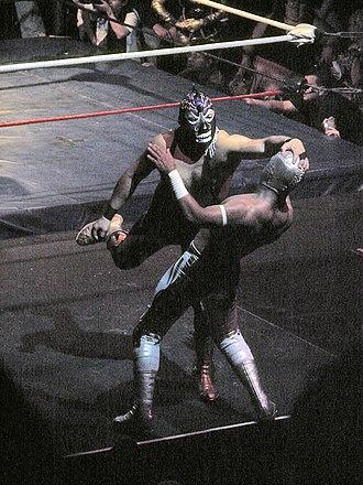 Carístico - Mephisto grabbing Místico's mask, a taboo in lucha libre culture