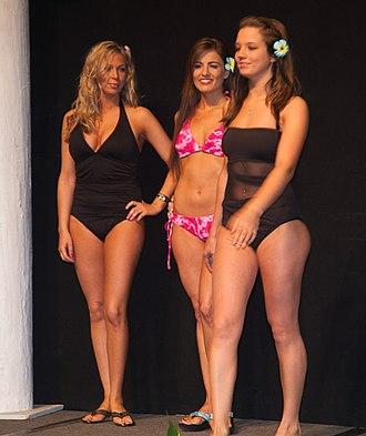 https://upload.wikimedia.org/wikipedia/commons/thumb/e/e0/Model_at_the_Fall_2011_Run_to_the_Sun_Fashion_Show_%28IMG_3054%29_%286793984727%29.jpg/330px-Model_at_the_Fall_2011_Run_to_the_Sun_Fashion_Show_%28IMG_3054%29_%286793984727%29.jpg