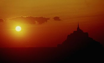 English: Sunset over the bay of Mont Saint-Mic...