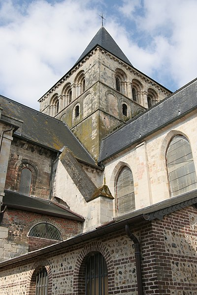 Abbaye de Montivilliers: clocher de l'église abbatiale. Cette tour lanterne du XIème siècle qui abritait 6 cloches est percée au deuxième niveau, de triplets en plein cintre dont chaque baie est à triple rouleau
