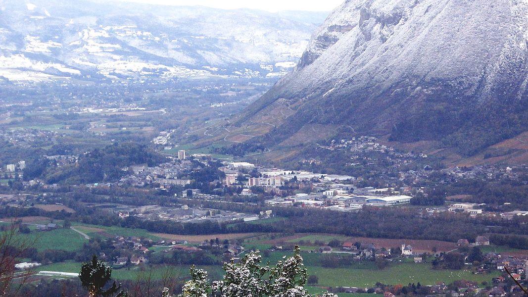 Vue générale de Montmélian depuis la crête du Montraillant, le lendemain d'une chute de neige en octobre 2012.