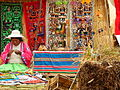 Mujer en artesanía Uros Islas Flotantes.JPG