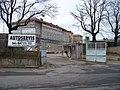 Na Veselí, pohled přes autoservis k pankrácké věznici.jpg