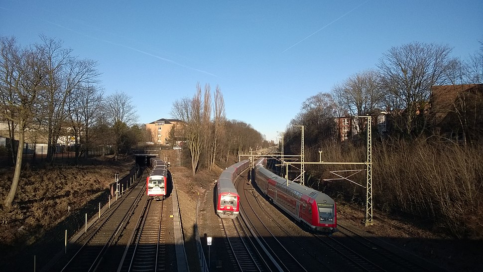 Nahverkehr in Hamburg drei Bahnen montiert