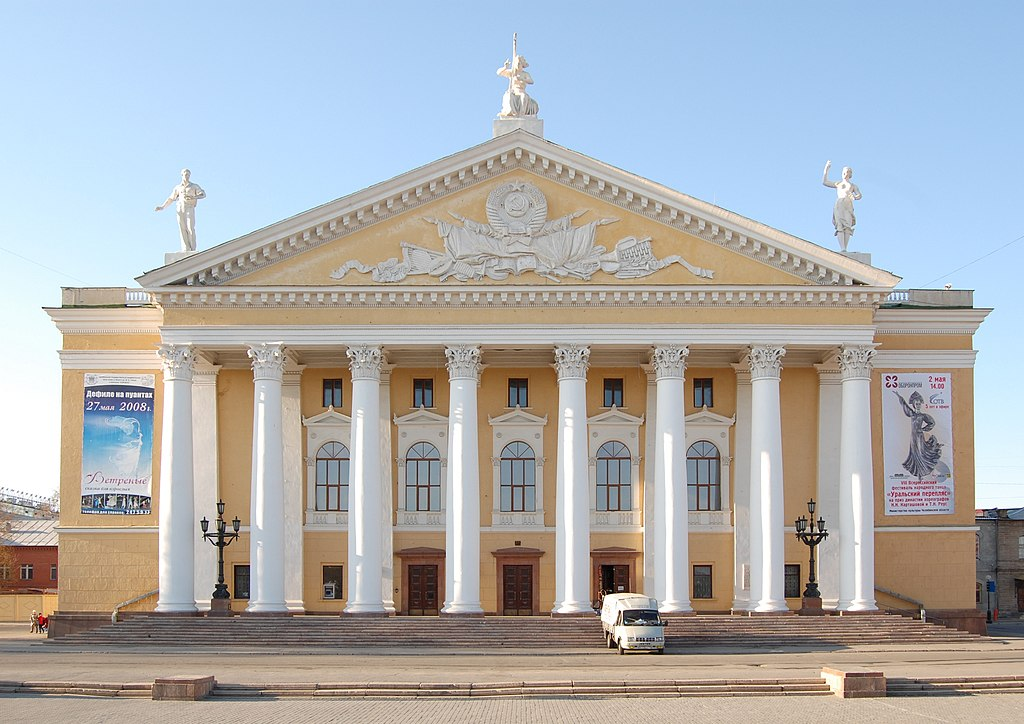 https://upload.wikimedia.org/wikipedia/commons/thumb/e/e0/Opera_House_in_Chelyabinsk.JPG/1024px-Opera_House_in_Chelyabinsk.JPG
