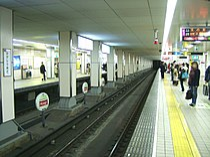 Osaka-subway-T20-Higashi-umeda-station-platform.jpg