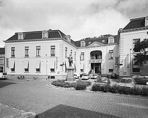 Overzicht gedeelte voorgevel, thans hotel - Leeuwarden - 20345359 - RCE.jpg