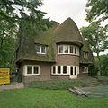 Overzicht van de voorzijde van impressionistisch landhuis met rieten kap - Beetsterzwaag - 20402693 - RCE.jpg