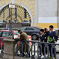 Painter and tourists in Saint Petersburg.jpg