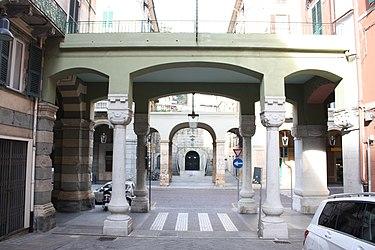 Palazzo dei Pavoni archway, Savona.jpg