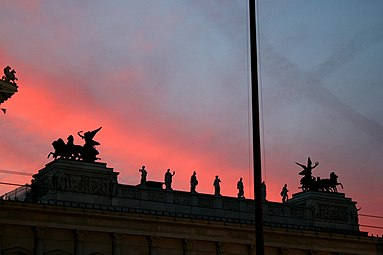 Parlamentsgebäude Wien Abendrot.jpg
